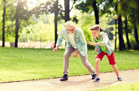 abuelo y nieto de carreras en el parque de verano Foto de archivo