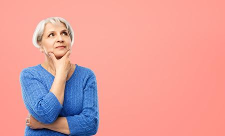 portret van senior vrouw in blauwe trui denken Stockfoto