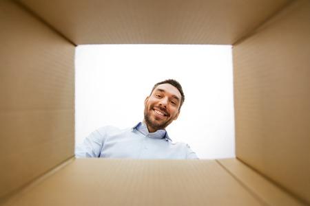 man looking into open parcel box 版權商用圖片 - 124780862