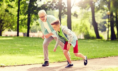 abuelo y nieto de carreras en el parque de verano