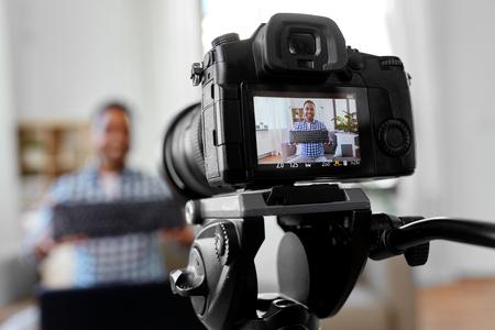 blogueur d'enregistrement de caméra avec clavier d'ordinateur Banque d'images