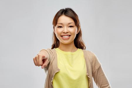 mujer asiática señalando con el dedo