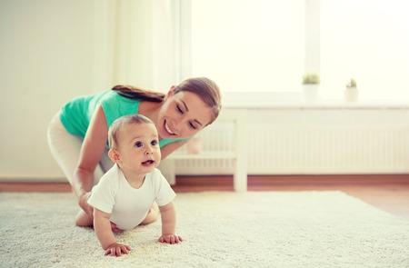 glückliche Mutter, die zu Hause mit Baby spielt