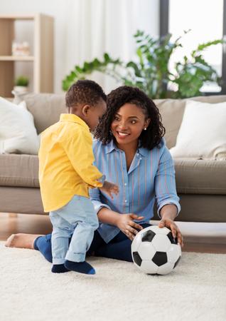 madre y bebé, juego, con, pelota del fútbol, en casa