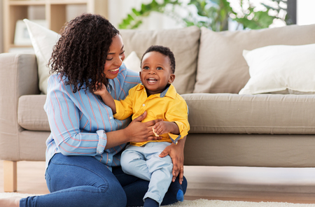 happy african american mother with baby at home Zdjęcie Seryjne - 124311374