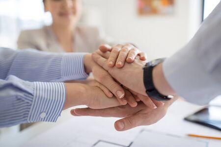 primo piano del team aziendale che impila le mani