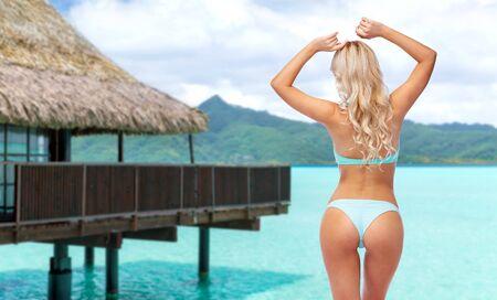 junge Frau posiert im Bikini am Strand Standard-Bild