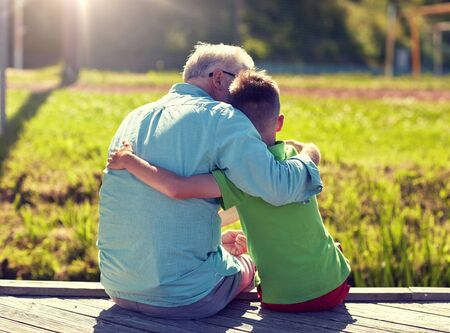 Großvater und Enkel umarmen sich am Liegeplatz Standard-Bild