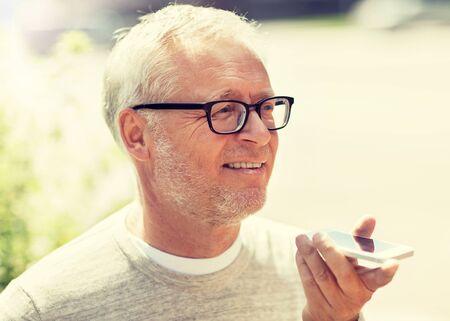 Anciano con grabadora de comandos de voz en smartphone Foto de archivo