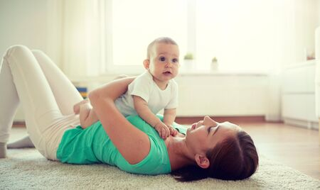 happy mother playing with baby at home Banque d'images - 124633985