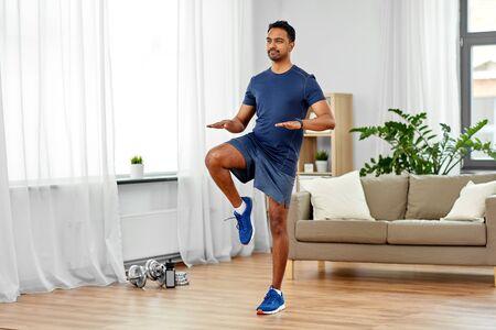 自宅で現場を走るインド人男性