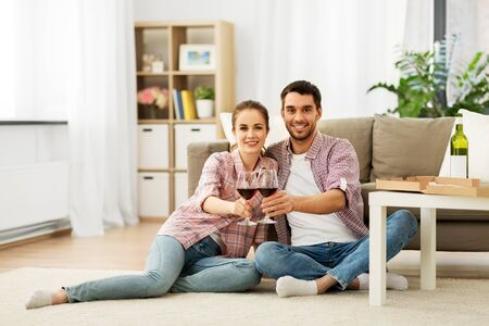 Happy couple drinking red wine at home Stockfoto
