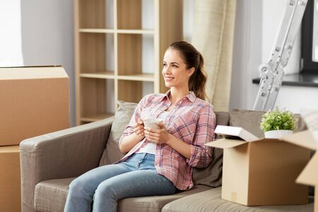 woman moving to new home and drinking coffee Stockfoto