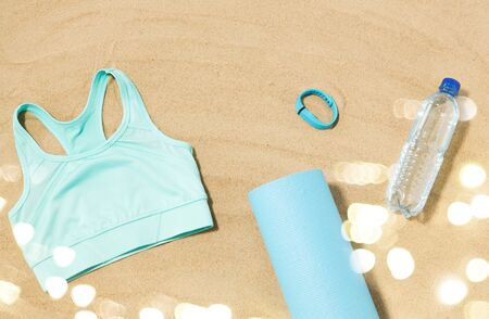 Sports top, mat, fitness tracker and water bottle Stockfoto