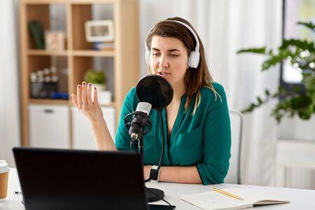 mujer, con, micrófono, grabación, podcast, en, estudio Foto de archivo