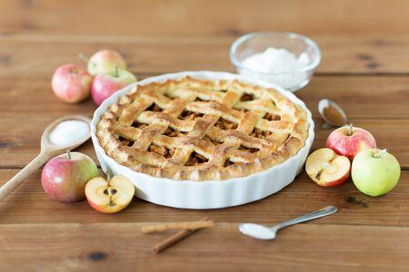 Close up de tarte aux pommes sur table en bois