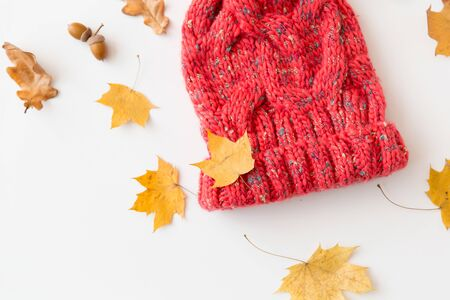 hat and fallen autumn leaves on white background Archivio Fotografico - 125557563