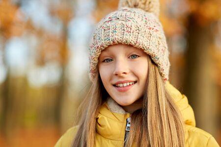 Porträt eines glücklichen Mädchens im Herbstpark Standard-Bild
