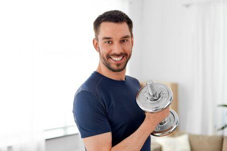 Mann, der zu Hause mit Hantel trainiert
