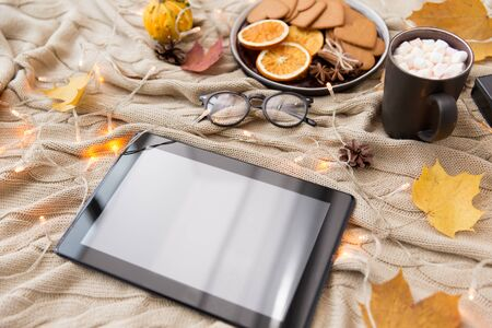 Tablet computer, hot chocolate and autumn leaves Banco de Imagens