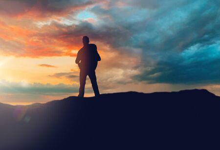 concepto de viaje, turismo, caminata y personas - viajero con mochila de pie en el borde de la colina sobre el fondo del atardecer