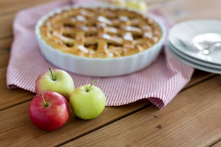 apples and pie on wooden table Imagens
