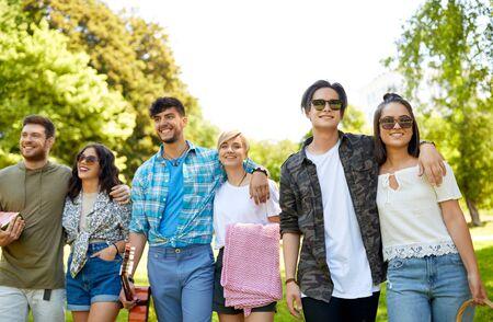 przyjaciele z gitarą jadą na piknik w parku Zdjęcie Seryjne
