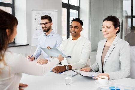Personalvermittler, die ein Vorstellungsgespräch mit einem Mitarbeiter führen