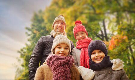 Famille heureuse, dehors