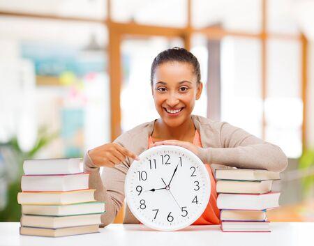 afroamerikanischer Student mit Uhr und Büchern