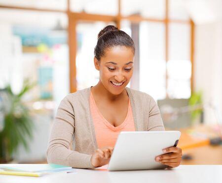 mujer afroamericana, con, tableta, computadora Foto de archivo