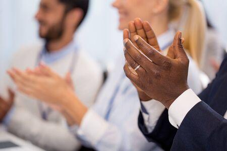 gente feliz aplaudiendo en conferencia de negocios