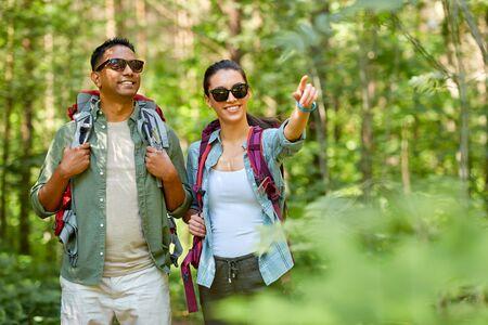 para rasy mieszanej z plecakami wędrująca po lesie