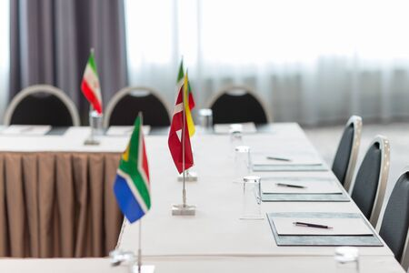 Tisch im Sitzungssaal einer internationalen Konferenz