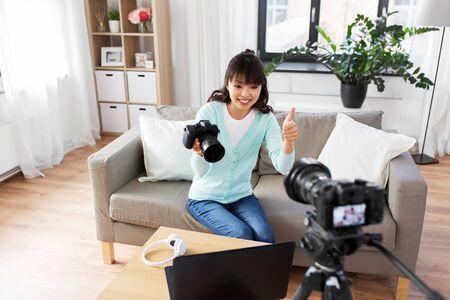 blogueuse asiatique avec une caméra d'enregistrement vidéo