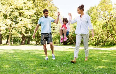 familia feliz caminando en el parque de verano