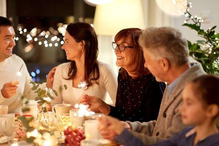 familia, con, bengalas, teniendo, té, fiesta, en casa