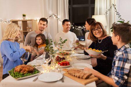 famille heureuse en train de dîner à la maison