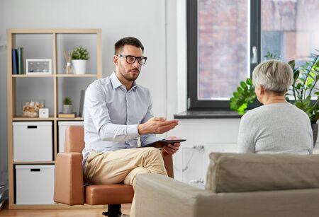 psychologist talking to senior woman patient Imagens