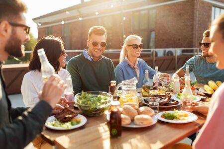 amigos cenando o fiesta de barbacoa en la azotea Foto de archivo