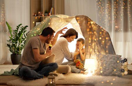 Vater erzählt seiner Tochter Gruselgeschichten Standard-Bild