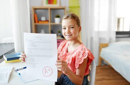Schülerin mit Schultest gute Note zu Hause