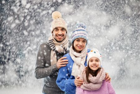 happy family in winter clothes on snow background Stockfoto - 131718456