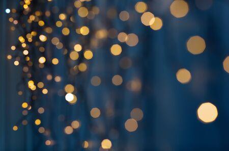 lumières de guirlande de noël sur fond bleu foncé