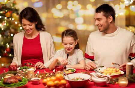 glückliche Familie, die Weihnachtsessen zu Hause hat