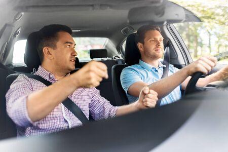 Autofahrschullehrer, der männlichen Fahrer unterrichtet