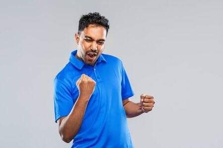 勝利を祝う幸せなインドの男