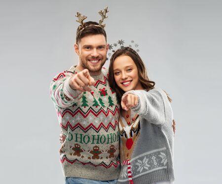 glückliches Paar bei der hässlichen Pullover-Weihnachtsparty