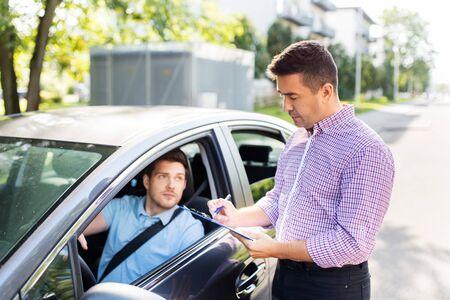 Instructor de conducción de automóviles con portapapeles y conductor.