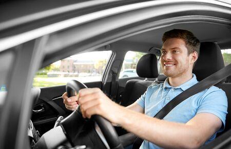 Transport-, Fahrzeug- und Personenkonzept - lächelnder Mann oder Fahrer, der im Sommer Auto fährt